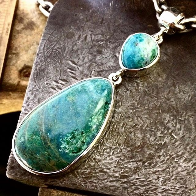 This pendant features the little Australian Chrysocolla with the Druzy lined crevice from my last post. Paired with Chrysocolla in Quartz from Arizona. You can also see malachite in both of these beautiful stones!Displayed on my own chunky chain. This ones now @peninsulagalleries Red Hill, Victoria @campitos_sunrise_minerals