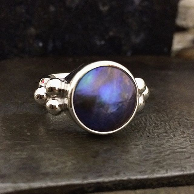 Can you believe the colour of this pearl is natural? Well it is!! A Blue-Violet-Red colour graded Pacific Blue Pearl from Eyris Pearls. Sustainably cultured in the pristine waters of New Zealand. Each pearl comes with a certificate of authenticity and care instructions. This one has just arrived @peninsulagalleries in Red Hill Victoria. @laurenharrisjewellery